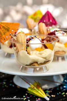 CUPE CU CREMA DE VANILIE, PISCOTURI SI FRUCTE | Diva in bucatarie Panna Cotta, Deserts, Food And Drink, Sweets, Cooking, Bun Bun, Ethnic Recipes, Cakes, Kitchen