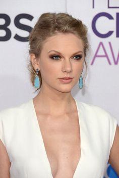 Taylor Swift... want those earrings..