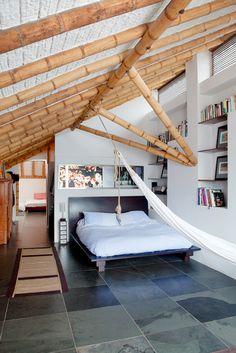 Casa en el Barrio La Candelaria.  Bogotá - Colombia.  En el altillo de las habitaciones, la casa adquiere una proporción que destaca la calidad del trabajo en guadua de la cubierta.