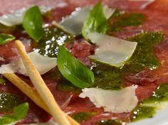 Découvrez la recette Carpaccio de bœuf au basilic sur cuisineactuelle.fr.