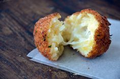 I loveee rice balls!Homemade Arancini (Rice Balls) stuffed with fresh mozzarella and served with a side of marinara sauce. I Love Food, Good Food, Yummy Food, Easy Appetizer Recipes, Yummy Appetizers, Snack Recipes, Rice Recipes, Aperitivos Finger Food, Snacks