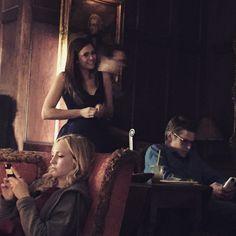 Pin for Later: Seht Nina Dobrev's letzte Momente am Set von The Vampire Diaries Nina lächelte für die Kamera während ihre Kollegen immer noch total mit ihren Handys beschäftigt sind.