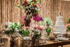 Casamento romântico: mesa do bolo em tons pastel