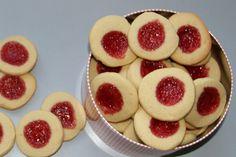Deilige syltetøykjeks som er lette å lage. Fylles med syltetøy etter smak og behag. Denne gangen brukte jeg bringebærsyltetøy som gir kjeksene den rette julefargen. Det finns flere varianter av disse kjeksene, jeg har kuttet ned på smørmengden, og synes ikke at det går utover smaken. Oppskriften gir ca. 40 kjeks:Finn gjerne en gjenstand som … Cheesecake, Cookies, Baking, Desserts, Food, Crack Crackers, Tailgate Desserts, Deserts, Cheesecakes
