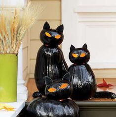 50 Cheap and Easy Outdoor Halloween Decor DIY Ideas - Prudent Penny Pincher Halloween Zombie, Halloween Pumpkins, Fall Halloween, Halloween Crafts, Halloween Stuff, Halloween Party, Halloween Costumes, Halloween Veranda, Outdoor Halloween