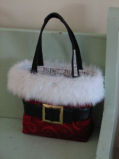 My Santa Suit bag. Maybe add a black flap to cover the opening but sew it inside the bag Christmas Purse, Christmas Sewing, Handmade Christmas, Christmas Crafts, Christmas Ornaments, Santa Boots, Diy Bags Purses, Diy Tote Bag, Quilted Bag