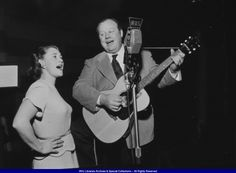 Burl Ives during a radio recording in the late 1930s.