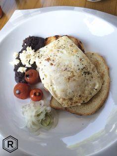 Omelette de claras con verduras y frijoles negros con queso de rancho. Nuestro ingrediente principal: sin culpas.