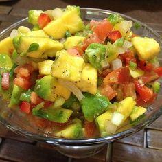 Aguacate con pico de gallo pa'todo!!! Sirve para agregar a las carnes, ensaladas, arepas... A todo! A mi me encanta! Picar pequeñito 1/2 aguacate, 1 tomate grande, 1 a 2 ajies picantes, 1/4 de pimenton rojo, 1/2 cebolla blanca o morada y cilaaaantro al gusto! Sal y pimienta, el jugo de un limón!!  #Nutrición y #Salud YG > nutricionysaludyg.com