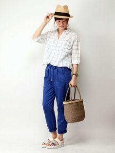 デコルテを美しくみせてくれるスキッパーシャツとジョガーパンツの組み合わせ。爽やかブルーと、麦わら帽子とかごバッグで季節感をプラスした爽やかコーディネートです。
