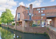 In de groene wijk 'De Doorslag' gelegen eengezinswoning welke onder architectuur van #JanVerhoeven is gebouwd. De woning is gelegen aan een kindvriendelijk pleintje en kenmerkt zich onder andere door de speelse indeling, lichtinval, sfeer en de goede afwerking. De laatste jaren hebben de eigenaren de keuken vernieuwd (2008), een nieuwe c.v.-ketel geplaatst (2015) en het platte dak vervangen (2013/2014). De besloten tuin ligt op het zuiden en is voorzien van een aangrenzende berging en…