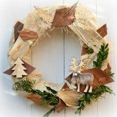 Vánoční+věnec+na+dveře+Där+i+Stockholm+Vánoční+věnec+na+dveře+v+moderním+stylu+z+přírodního+materiálu.+Výhodou+tohoto+věnce+je+možnost+využití+po+více+sezón,+rozhodně+vám+nezvadne+ani+neopadá.+Vhodný+do+interiéru+i+exteriéru.+Průměr:+32+cm