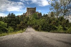 Castle hotel near La Spezia Scary Places, Places To Go, Castles To Visit, Holiday Accommodation, Beautiful Castles, Romantic Places, Visit Italy, Medieval Castle, Carrara