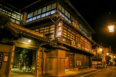 建築が見事だった温泉宿ベスト5 八代海に面した日奈久温泉にある、明治43年創業と100年以上の歴史を持つ老舗旅館。 創業当時から建つ木造三階建ての本館は、国の登録有形文化財になっています。 ただ古いというだけではなく、外観からも内装からも重厚な風格が漂い、館内は床も柱も磨き上げられてピカピカ。まさに九州を代表する温泉建築です。