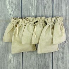 Set von sechs naturfarbenen Leinenbeuteln mit Baumwollzugband.