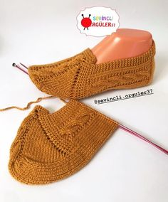 Super Easy Knit Slippers From Square Free Knitting Pattern - Video Gestrickte Booties, Knitted Booties, Knitted Slippers, Baby Booties, Knitted Hats, Knitting Socks, Free Knitting, Crochet Shoes, Knit Crochet