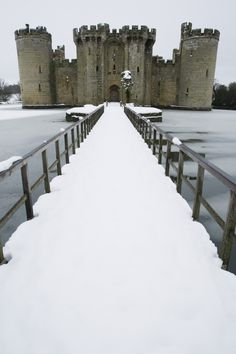 Bodiam Castle ruins in East Sussex, England. Beautiful Castles, Beautiful Buildings, Beautiful World, Chateau Medieval, Medieval Castle, Castillo Bodiam, The Places Youll Go, Places To See, Wonderful Places