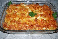 Składniki:   1 kg ziemniaków  4 średnie kiełbaski (dałam kiełbasę śląską)  1 duży por  1 czerwona papryka  200 g startego sera gouda  400 ml...