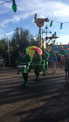 Is Disney World Hollywood Studios for solo travelers? Disney's Hollywood Studios is a solo theme park traveler's must! Disney World Guide, Disney World Tips And Tricks, Disney Tips, Disney Parks, Disney Magic, Disney Mickey, Hollywood Sign Hike, Los Angeles At Night, Disney Vacations