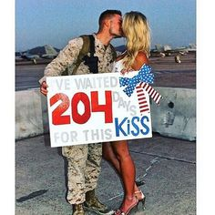 homecoming signs military Military home coming Welcome Home Signs For Military, Military Signs, Military Couples, Military Love, Welcome Home Ideas For Boyfriend, Military Homecoming Pictures, Military Couple Pictures, Army Boyfriend, Boyfriend Gifts