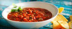 Deze dipsaus heeft een frisse smaakcombinatie door de koriander, limoen en tomaat en past uitstekend bij vis en gerechten met schelpdieren. Serveer als saus bij een gerecht of als dipsaus op een feestelijke tafel met snacks.
