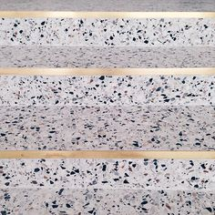 terrazzo flooring for staircase! Maison Dandoy / stair step - stone with gold edge Interior Stairs, Interior And Exterior, Interior Design, Stair Steps, Stair Railing, Detail Architecture, Interior Architecture, Terrazzo Flooring, Staircase Design