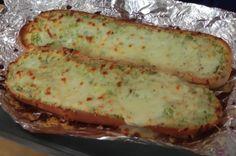 Lekker voor het weekend: dit stokbrood is belegd met een heerlijk mengsel van kaas en knoflook!