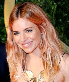 Sienna Miller British Fashion Awards 2013 Siennas pink hair, Rosies red lips and more beauty looks from the 2013 British Fashion Awards Strawberry Blonde Hair Color, Blonde Color, Blonde Pink, Sienna Miller, 2015 Hairstyles, Summer Hairstyles, Newest Hairstyles, Haircuts, Medium Hairstyles