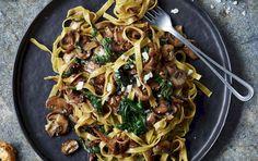 En herlig vegetarisk pastaret, hvor løgenes sødmefyldte dybde giver retten karakter og fylde sammen med svampene. Den smager ganske forrygende til den lette, friske spinat.