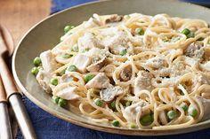 Este platillo clásico de tetrazzini de pollo está hecho de una forma más sencilla con el queso crema PHILADELPHIA.