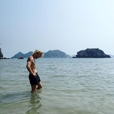 It's only been a bit over two years since I was in Cat Ba in Northern Vietnam, but when you keep doing new stuff, two years seems insanely long. I didn't even have half of my tattoos back then, and I see that my hair has grown a.. bit? Well, the picture was still taken by @explorer.nora, so a few things have stayed the same :) . . . #throwbackthursday #vietnam #catba #halongbay #limestone #asia #backpacking #travel #beach #wade #wet #ocean #adventure #explore