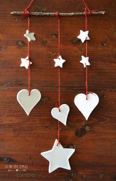 Come creare semplici decorazioni natalizie con la pasta modellabile al bicarbonato pronta in pochi minuti, morbidissima per le mani dei bambini, gluten-free.