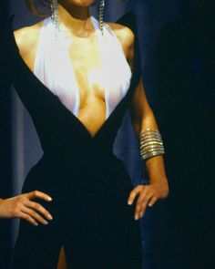 Adriana Karembeu in Thierry Mugler 1998 show Daily Fashion, High Fashion, Fashion Show, Fashion Outfits, Fashion Design, Fashion Ideas, Fashion Trends, Vintage Couture, Vintage Fashion