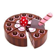 Juguetes de Madera : TARTA DE CHOCOLATE. Tarta de Chocolate en madera de la marca Le Toy Van con un diseño apetitoso; vienen en 6 secciones unidos con velcro, pala para cortar y velitas.    La caja se recorta para convertirlo en la base de la tarta.  * Este Juguete es recomendado para niños a partir de 3 años.REBAJAS en todos nuestros juguetes de madera.  25% de Descuento