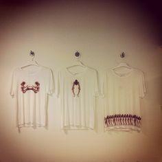 Alla goda ting är 3. Snygga #tshirts från #JennyGrettve finns på #modsshop, #kungenskurva i #stockholm #popupforce #popupplace
