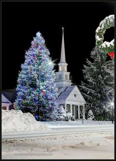 One more reason why I love North Carolina. Check out this beautiful Christmas Night in Snow, Highlands United Methodist Church - Highlands, North Carolina Christmas Night, Christmas Scenes, Noel Christmas, Country Christmas, Christmas Photos, Old Country Churches, Old Churches, Abandoned Churches, Winter Scenery