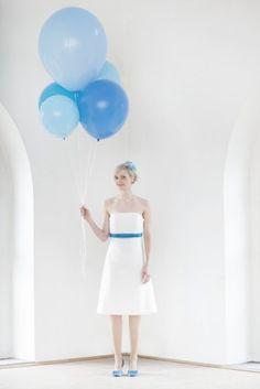 bute luftballons in blau- türkis zum kurzes, knielanges hochzeitskleid mit corsage, betonung unter der brust, farbige bänder in blau- türkis- petrol, runde brautschuhe in blau- türkis eingefärbt (www.noni-mode.de - Foto: Hanna Witte)