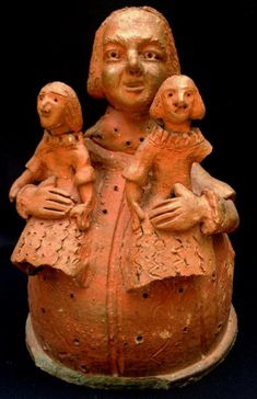Arte popular Brasileira: Antonia Leão : Belíssima escultura em barro cozido representando figura feminina com duas crianças (no estado). Med. 30 x 20 cm