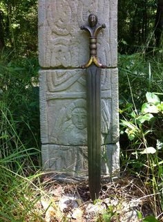 House of Steel. A Celtic anthropomorphic hilted short sword with a bog iron and meteorite blade, folded and forge welded nine times. Celtic Sword, Viking Sword, Fantasy Sword, Fantasy Weapons, Swords And Daggers, Knives And Swords, Iron Age, Celtic Culture, Medieval Weapons