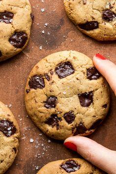 Vegan chocolate chip cookies - Lazy Cat Kitchen - Vegan chocolate chip cookies with aquafaba - Vegan Chocolate Chip Cookies, Chocolate Flavors, Cookies Vegan, Chocolate Chocolate, Healthy Chocolate, Vegan Sweets, Vegan Desserts, Vegan Recipes, Vegan Food