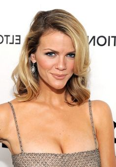 Brooklyn Decker - loose casual down hair, i don't know why but this can't look this good on most people! Medium Length Blonde, Medium Length Hair With Layers, Mid Length Hair, Medium Hair Cuts, Shoulder Length Hair, Medium Layered, Side Bangs Hairstyles, Wavy Haircuts, Pretty Hairstyles