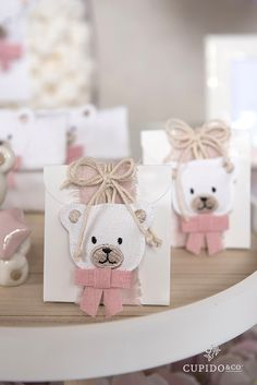Bomboniera per battesimo bambina con orsetto di #cupidoandco www.cartaibassanesi.it Teddy Bear Party, Teddy Bear Baby Shower, Baby Shower Labels, Baby Shower Favors, Diy Gift Box, Diy Gifts, Girl Gift Baskets, Felt Crafts Patterns, Exploding Box Card