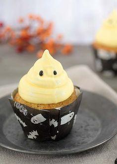 Halloween cupcakes kan lages på mange forskjellige måter. I denne muffinsoppskriften benytter vi kanel, ingefær og vanilje. Kremen er laget med melis, smør og hvit sjokolade. -Se oppskriften!