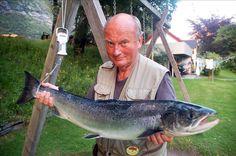 Sone I: Jan Pettersen med laks på 5,6 kilo, tatt på sluk i elveosen onsdag kveld. (Foto: Jan Ødegård)