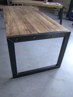 verweerd houten tafel met metalen poten