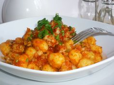 gli gnocchi al ragù di pesce, sono un primo piatto a base di gnocchi e preparati con seppie e gamberetti.