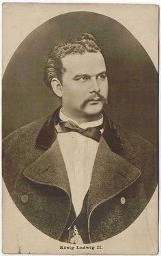 En 1886, 9 de junio: el rey Luis II, debido a un informe médico atestando su enajenación mental, es declarado incapaz para gobernar. 10 de junio: el príncipe Leopoldo de Baviera asume la regencia. (King Ludwig II. of Bavaria)