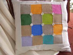 Sešité puntíky Povlak na polštářek s krásnými barevnými čtverci s bílými puntíky. Kolem barevných čtverců bílý lem z bavlněné véby. Povlak je ušitý ze 100% bavlny. Zapínání na přední straně na knoflíky. Zadní strana je hladká, bílá. Cena jeza jeden povlak. Rozměry: cca 40 x 40 cm Údržba: praní na 30´C, žehlení na bavlnu
