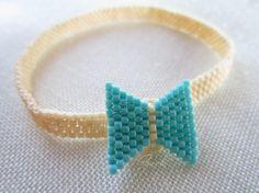Bracciale peyote, brick stitch, minimal fiocco, di Ggioielli €14.00 via Etsy