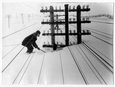 SOUND: http://www.ruspeach.com/en/news/6692/     Зима в Сибири, Россия, 1960 год.   Winter in Siberia, Russia, 1960 year.      зима [zimà] - winter       На фото: верхушка линии электропередач.   In the picture: The top of a power transmission line.       www.ruspeach.com